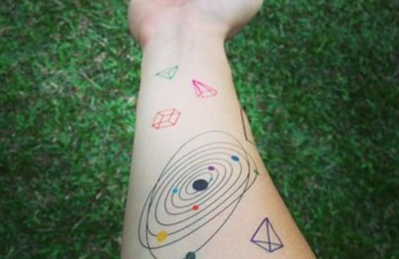 18 lindas tatuagens espaciais que irão encantar você