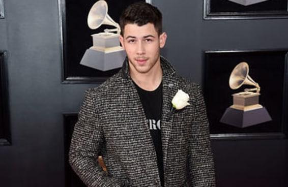 Para a surpresa de ninguém, Nick Jonas arrasou no tapete vermelho do Grammy