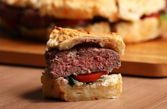 Este é o super hambúrguer no pão de queijo