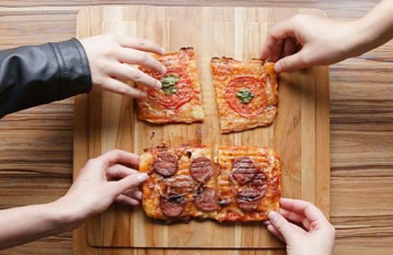 Essa pizza na sanduicheira é a receita mais fácil e gostosa para fazer com os amigos