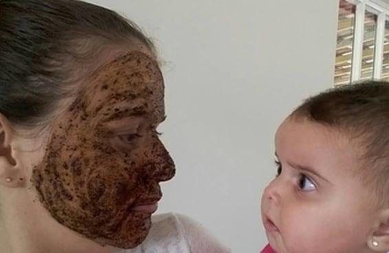 Essa mãe que resolveu fazer uma esfoliação em casa não contava com a reação da filha