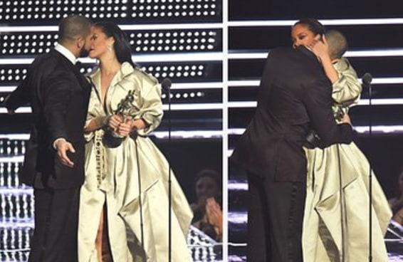Parece que a Rihanna desviou de Drake quando ele tentou beijá-la no VMA