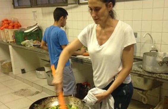 Página de escola ocupada posta foto de Paola Carosella cozinhando para os alunos