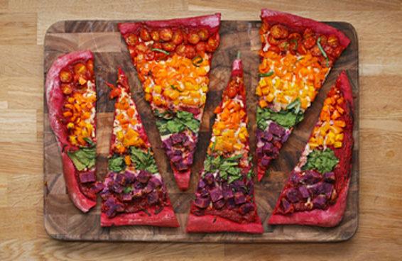 Pizza arco-íris na assadeira é uma delícia