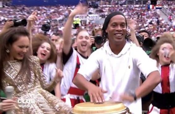 O Ronaldinho Gaúcho batucando foi um dos melhores momentos do Brasil na Copa