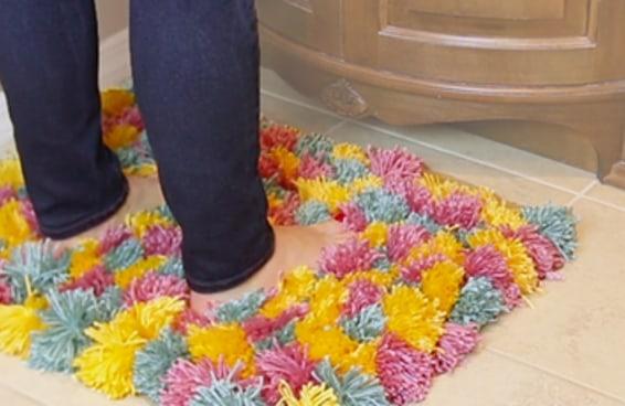 Faça você mesmo este tapete fofinho de pompons