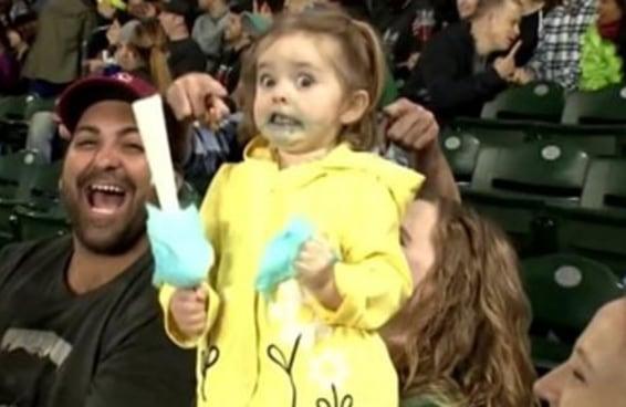 Esta garotinha foi à loucura quando experimentou algodão doce pela primeira vez