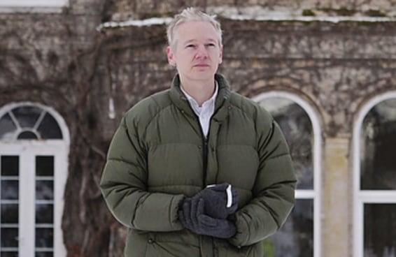 Por dentro do mundo estranho e paranoico de Julian Assange