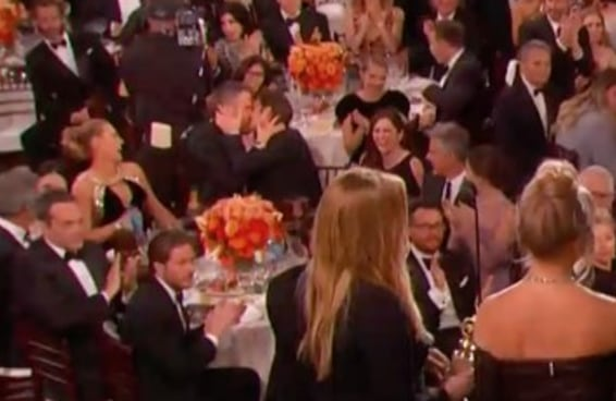 Enquanto Ryan Gosling estava sendo premiado, Ryan Reynolds e Andrew Garfield lascavam um beijo