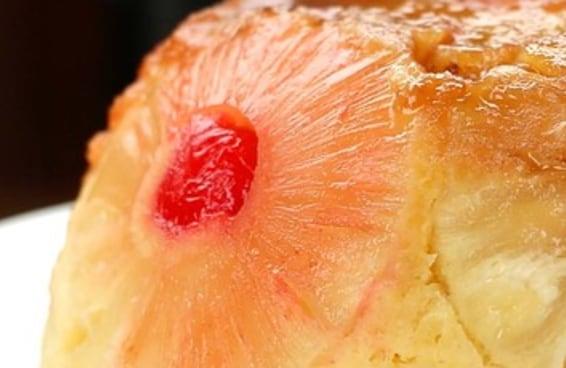 Este bolo invertido de abacaxi é a cara do Natal