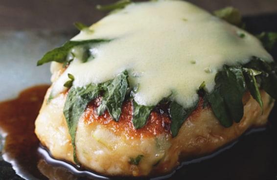 Almôndega de frango recheada de queijo