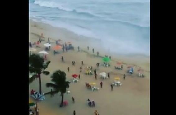 Veja o momento em que banhistas tentam fugir de um tornado na praia