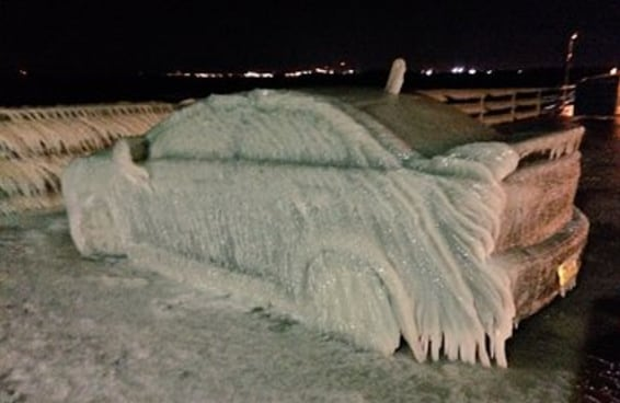 O carro de um cara congelou completamente após ele estacionar às margens de um lago