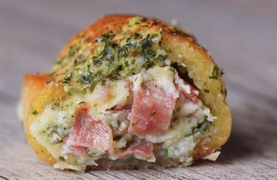 Dois petiscos juntos formaram petisco um ainda melhor: o pão de alho de salame.