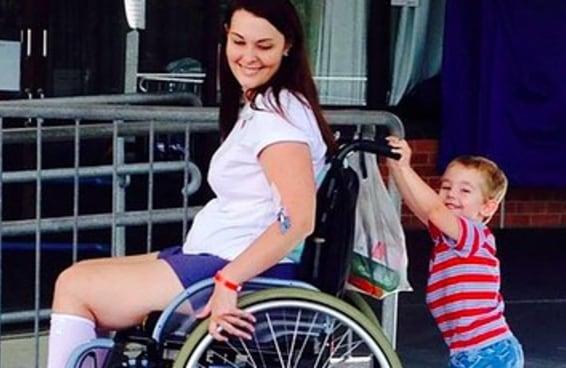 Uma mulher foi parar na cadeira de rodas após ser infectada por uma bactéria do pincel de maquiagem de uma amiga
