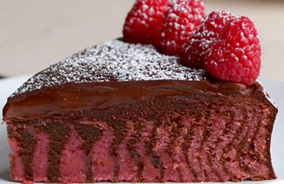 Este bolo zebra de chocolate e framboesa é a sobremesa que faltava no seu cardápio!