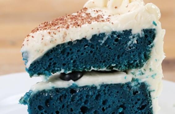 Bolo blue velvet feito na panela elétrica de arroz