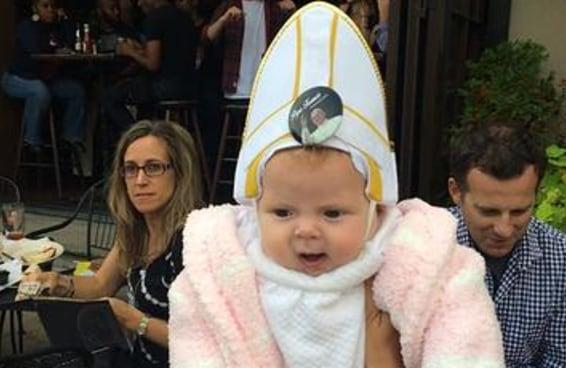 Papa Francisco riu muito ao abençoar uma bebê vestida com uma roupa de Papa