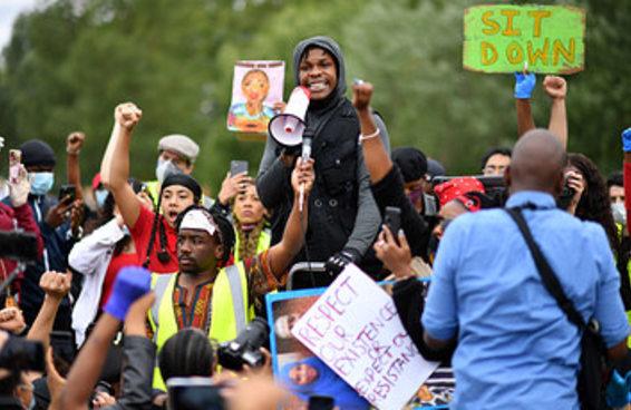 John Boyega fez um forte discurso durante protesto de Black Lives Matter