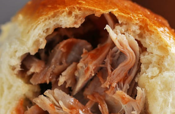 Pão de leite já é bom, recheado com carne de porco desfiada é melhor ainda!