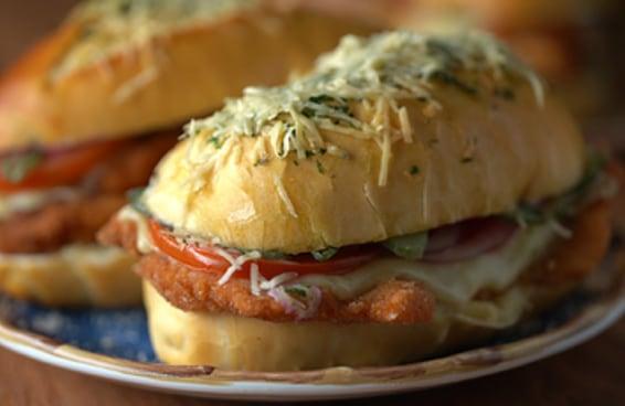 Este sanduíche de frango empanado é perfeito
