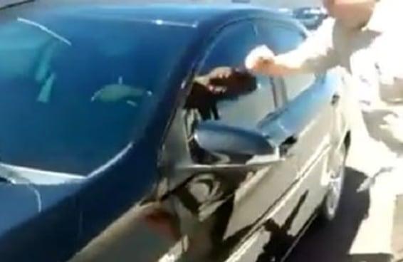 Taxistas ameaçam motorista do Uber e forçam passageiro a sair do carro