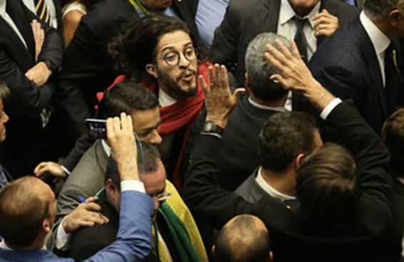 Jean Wyllys cuspiu em Bolsonaro e aqui estão os gifs
