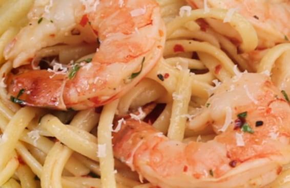 Este linguine com camarão assado é perfeito para um jantar a dois