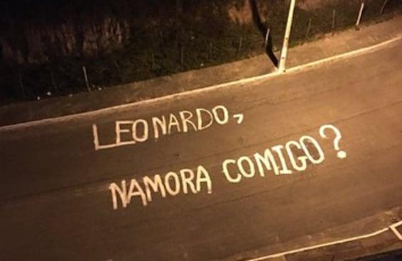 """O pedido de namoro que o Leonardo recebeu é a definição de """"gesto romântico"""""""