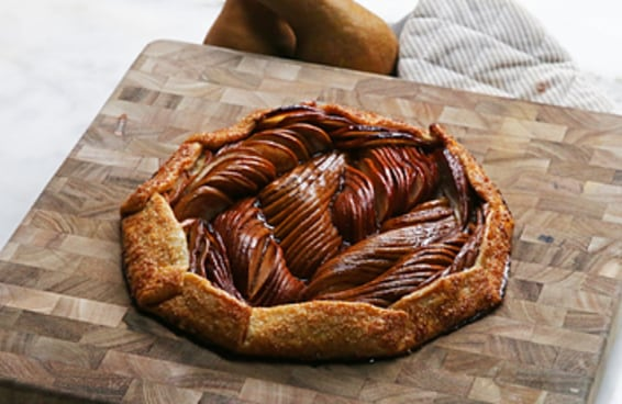 Esta galette de pera vai deixar a sua ceia de Natal muito chique