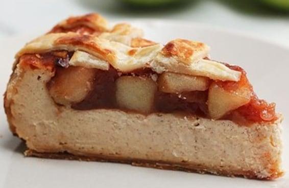 Juntamos duas sobremesas maravilhosas neste cheesecake de torta de maçã