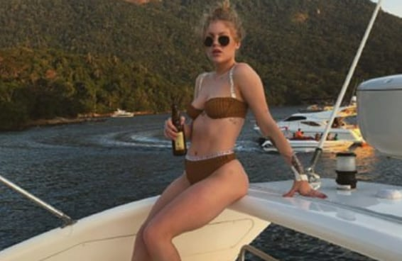 A Luísa Sonza postou uma foto de biquíni e foi criticada por ter peitos naturais