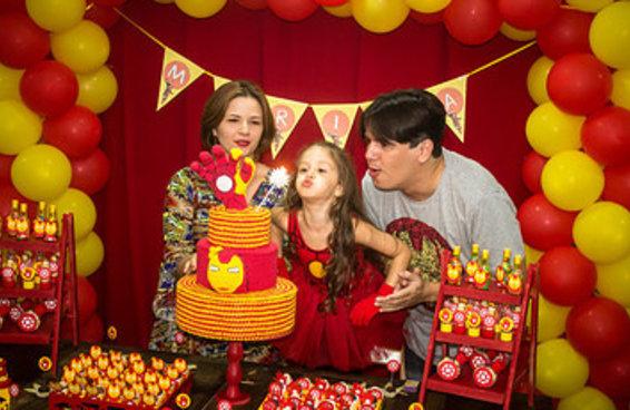 """Uma menininha pediu uma festa de aniversário do """"Homem de Ferro"""" para os pais e foi incrível"""