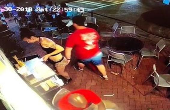 Uma garçonete deu uma surra em um cara que passou a mão nela e tudo foi gravado pela câmera de segurança