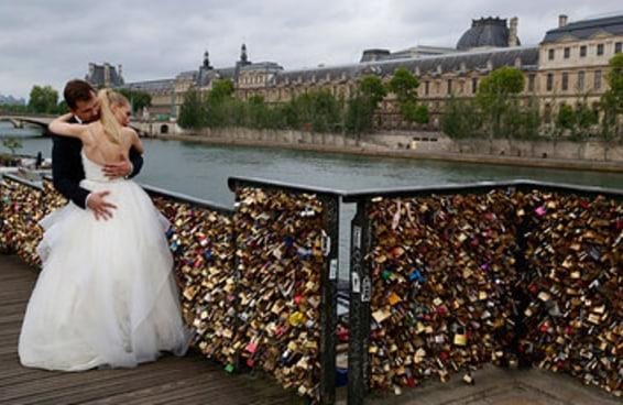 """Todos os """"cadeados do amor"""" foram removidos da Pont des Arts em Paris nesta segunda-feira"""