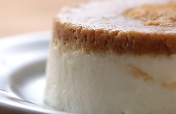 Este cheesecake fácil de micro-ondas é perfeito para comer sozinho