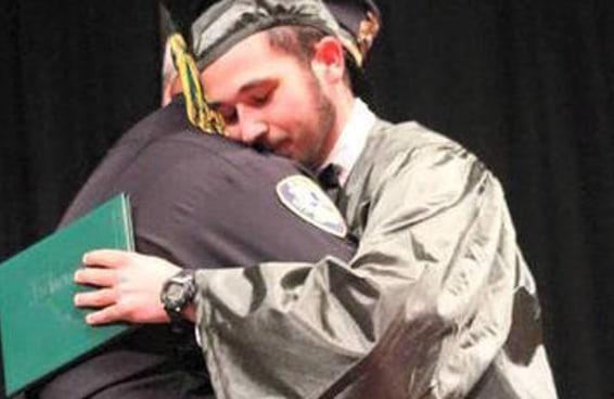O policial que deu a notícia a um adolescente de que seus pais haviam morrido apareceu na sua formatura