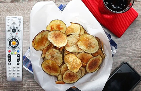 Sim, você pode fazer batata chips em casa usando o apenas o seu micro-ondas