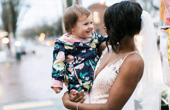 """Esta menininha ficou muito feliz quando conheceu a """"princesa"""" do seu livro favorito"""