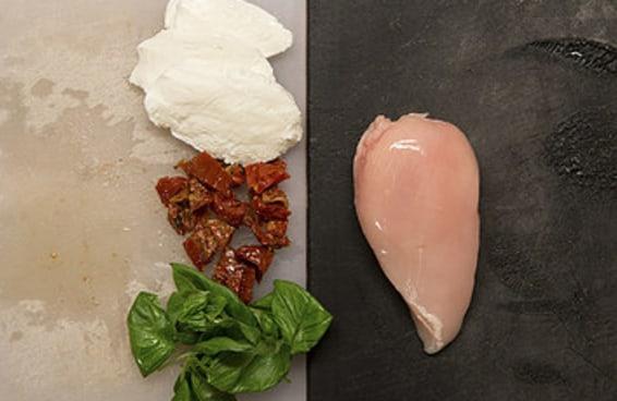 Seu próximo jantar será este peito de frango recheado com tomate seco