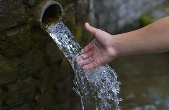 Água que prédios jogam na rua pode ser aproveitada, diz Departamento de Água e Energia