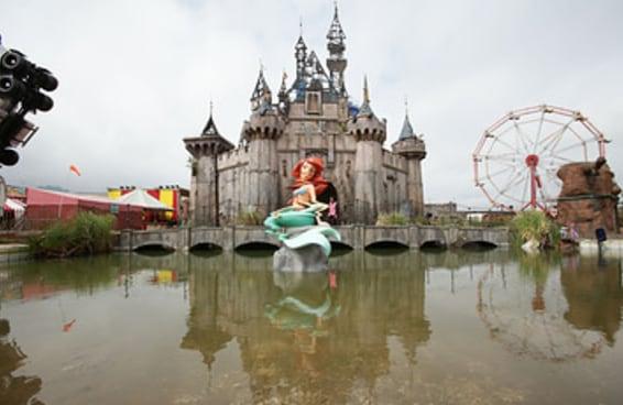Veja por dentro do parque de diversões arrepiante de Banksy inspirado na Disney