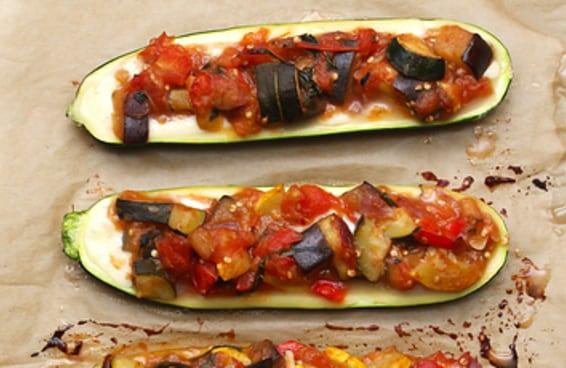 Estes barquinhos de abobrinha recheados com legumes são muito deliciosos