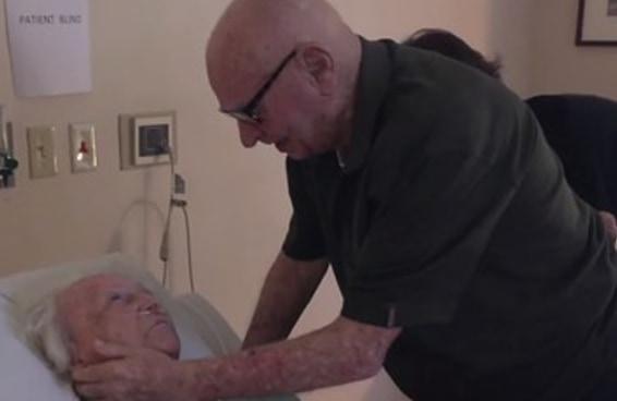 Esse vídeo de um senhor cantando para sua esposa de 93 anos em seu leito de morte te emocionará