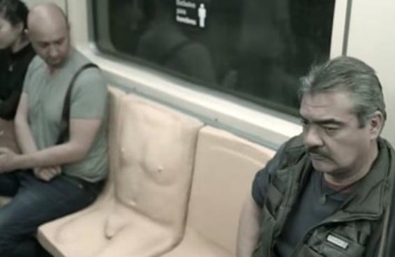 """A Cidade do México colocou um """"banco com pênis"""" no metrô para conscientizar seus passageiros"""