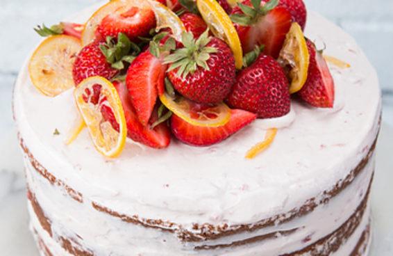 Este bolo pink lemonade vai ser um sucesso na sua festa de aniversário