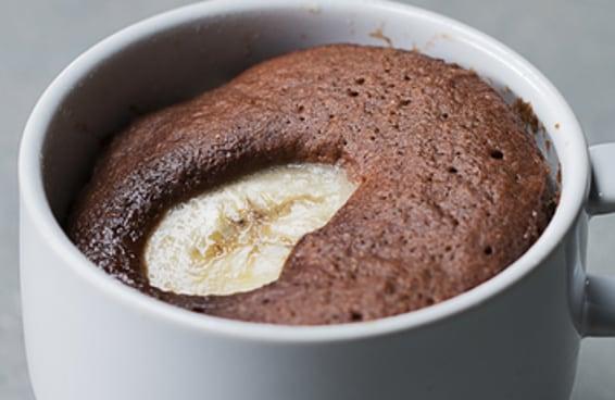 Este bolo de caneca de chocolate com banana é perfeito para os iniciantes na cozinha