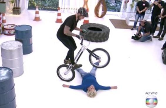 É impossível não ficar tenso ao ver a Ana Maria sendo pulada por uma bike