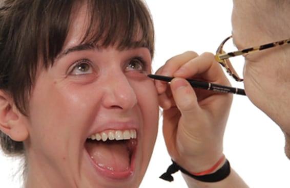 Isso é o que acontece quando os caras maquiam suas namoradas