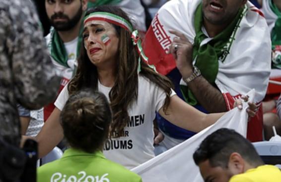 Iraniana chora após segurança da Olimpíada proibi-la de protestar pelas mulheres